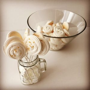 piruletas y rosetones de merenguitos