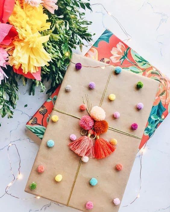 Ideas para envolver regalos con pompones