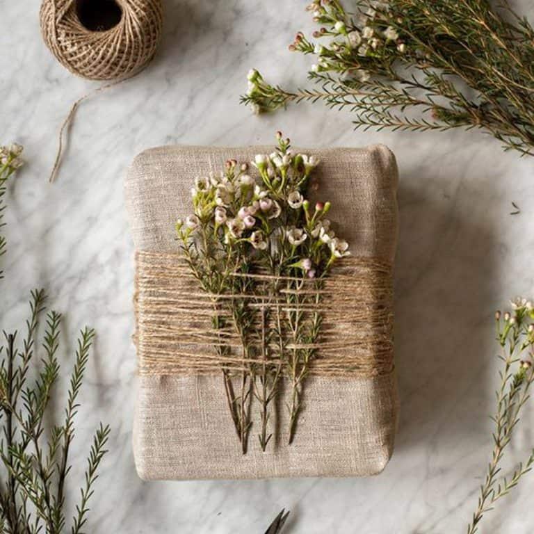 ideas para envolver regalos decorados con hojas