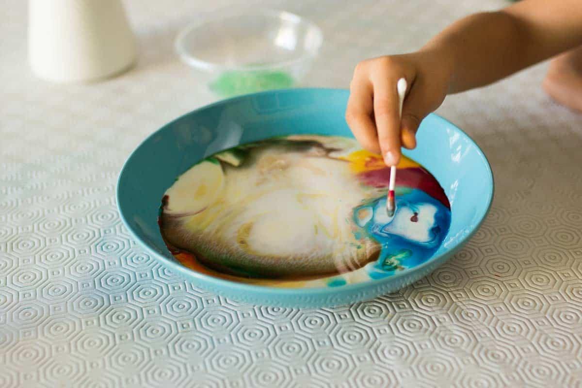 experimento con leche de colores