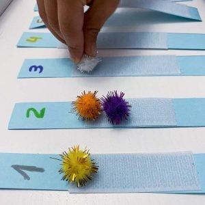 juego de números y pompones