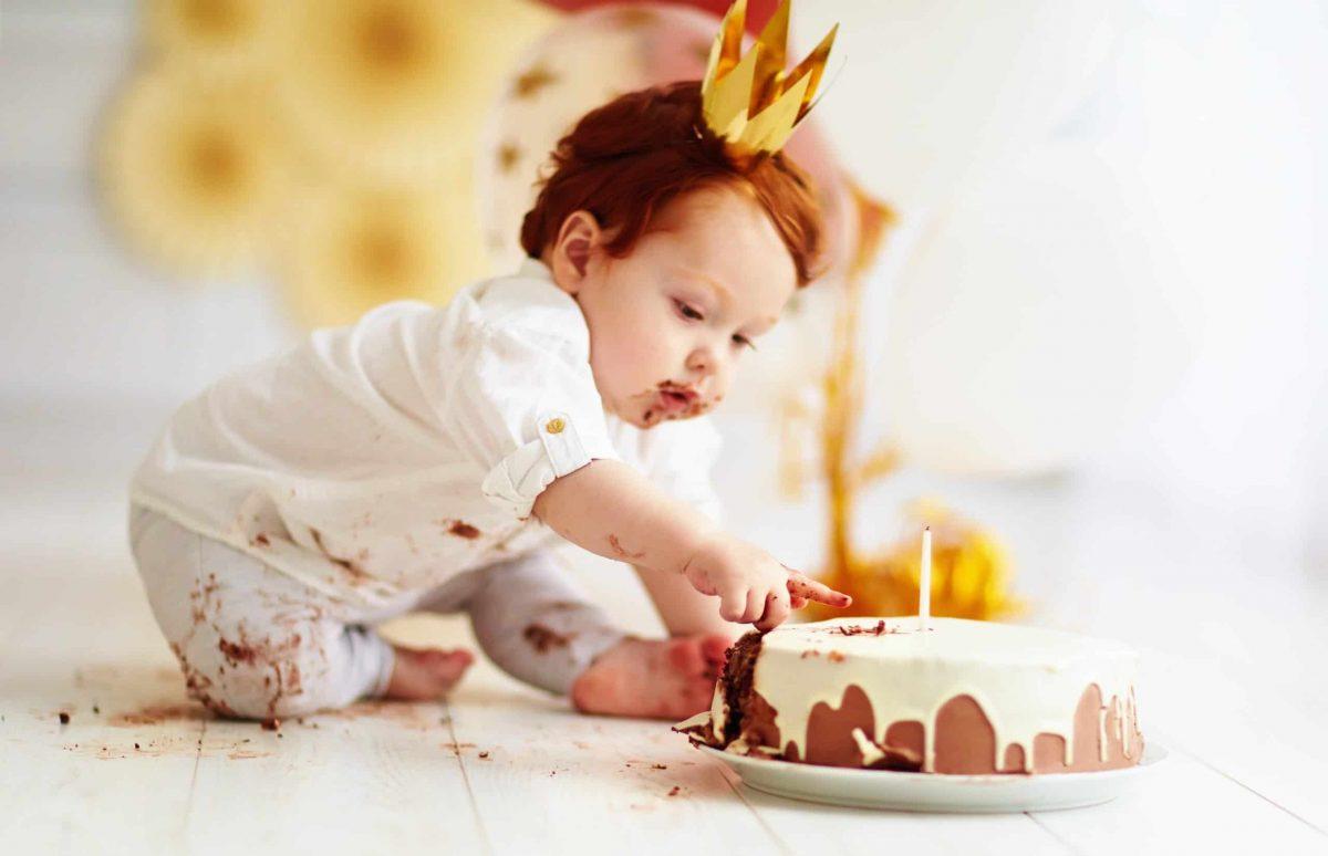 niño rompiendo la tarta smash cake