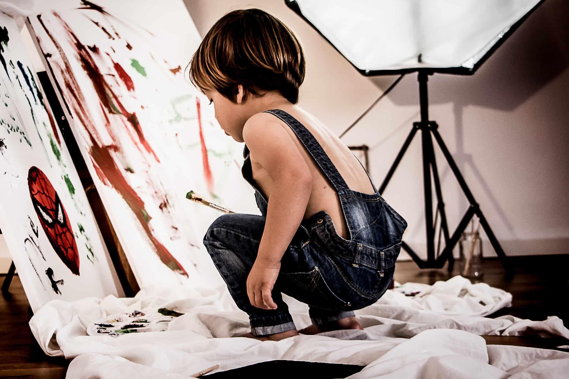 niño pintando un cuadro